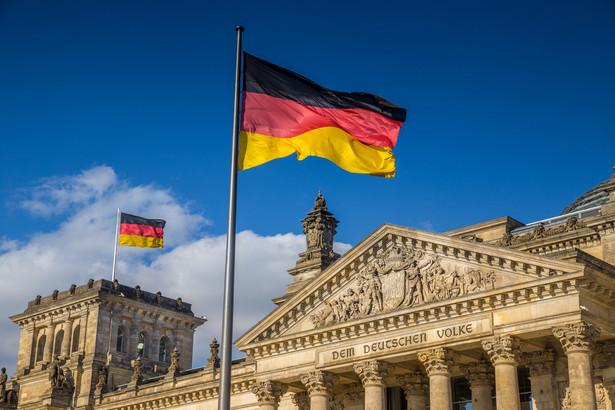 Socjaldemokraci wybrali nowe władze. Saskia Esken i Norbert Walter -Borjans krytykują politykę koalicyjnych partnerów z CDU, ale zostają w rządzie.