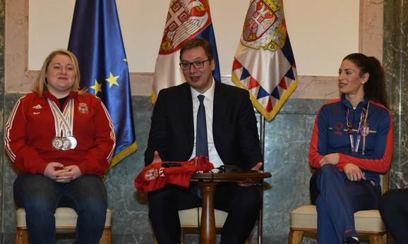 Predsednik Srbije Aleksandar Vučić u društvu Zorane Arunović i Ivane Španović