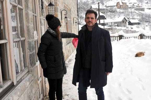 Met Dilon sa devojkom Robertom ispred restorana