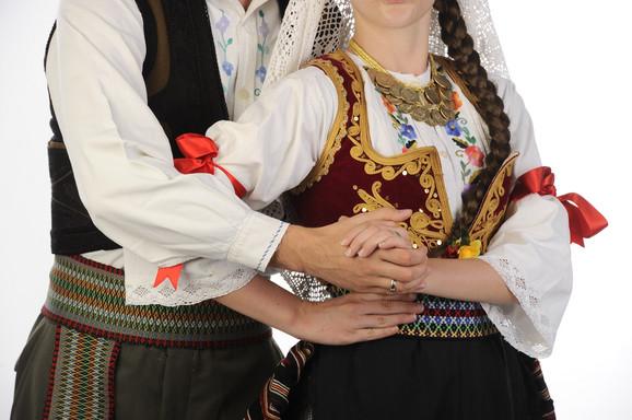 Mnogi i dalje tradiciju povezuju sa stvarima koje su vekovima pratile generacije Srba, a od kojih su neke i dalje opstale u nekoj formi
