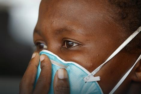 Žena obolela od tuberkuloze prekriva usta u klinici u mestu Kajelitša u Južnoj Africi