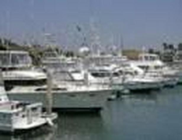 Jachty cumują w marinie