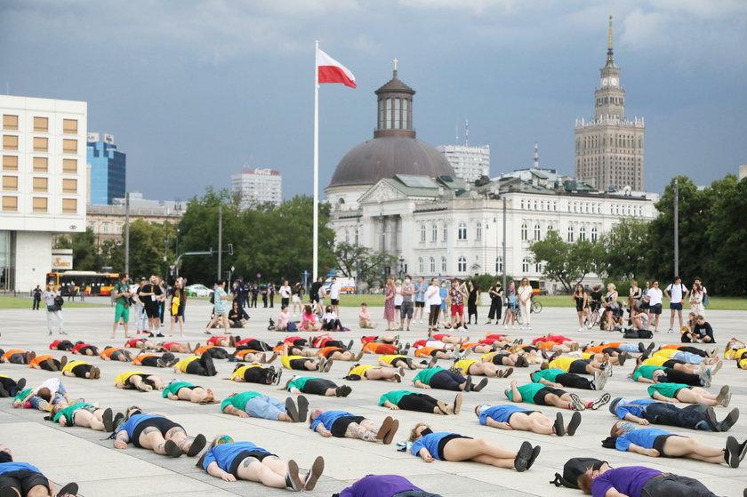 Happening środowisk LGBT na placu Piłsudskiego