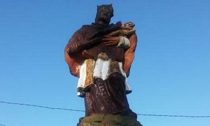 Wandal pomalował farbą zabytkową rzeźbę