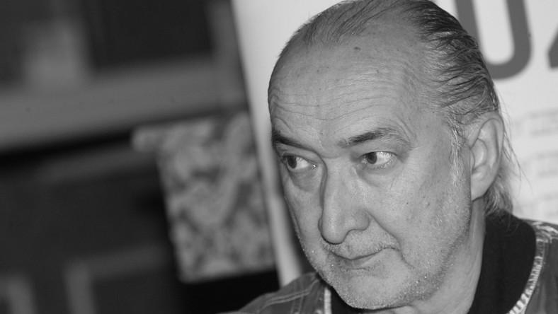 """""""Dziś zmarł Marek Jackowski. Wielki muzyk. Wspaniały kompozytor. Cudowny człowiek. Łączymy się w bólu z rodziną, przyjaciółmi i fanami. Niech spoczywa w pokoju"""" – napisał na swoim blogu Kamil Sipowicz"""
