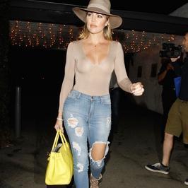 Khloe Kardashian zaświeciła biustem