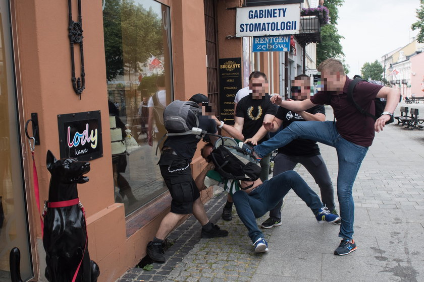 Tak policja ochrania miesięcznice, a tak działaczy KOD
