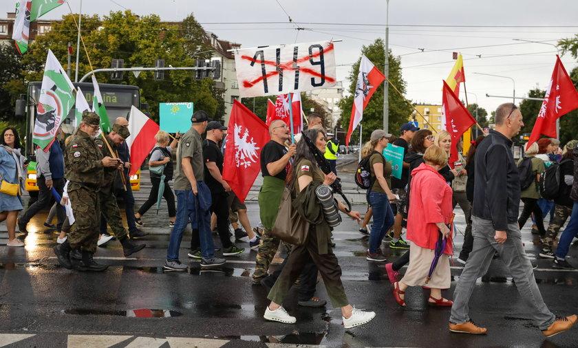 Na zdjęciu protest tzw. antyszczepionkowców w Poznaniu.
