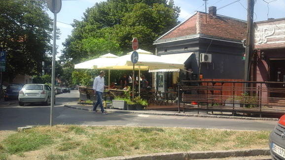 Kafić ispred kog je pretučen Simon Karić