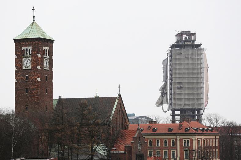 """Wieża klasztoru Karmelitów Bosych i """"Szkieletor"""""""