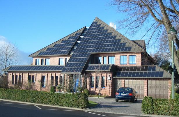 Indywidualni właściciele domów i wspólnoty mieszkaniowe niepodłączone do sieci ciepłowniczej będą mogły uzyskać 45-proc. dopłatę do zakupu i montażu kolektorów słonecznych do ogrzewania wody