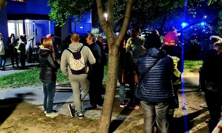 Ewakuowani mieszkańcy spędzili przed blokiem godzinę.
