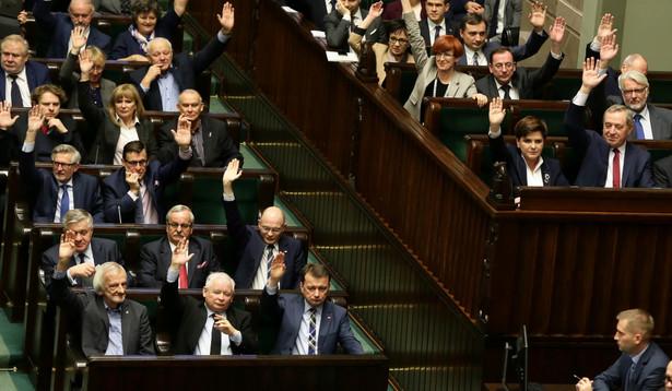 Politycy PiS podczas głosowania nad prezydenckim projektem obniżenia wieku emerytalnego