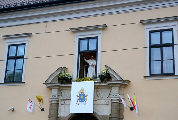 Papież Franciszek pozdrawia wiernych z Okna Papieskiego w Domu Arcybiskupów Krakowskich.