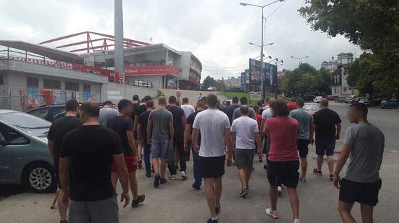 Navijači Zvezde prilaze stadionu kako bi se učlanili u klub