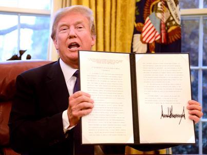 Donald Trump podpisał zarządzenie we wtorek, 23 stycznia 2018 r.