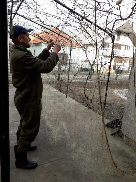 Slaviša Jakovljević popravlja ribarsku mrežu