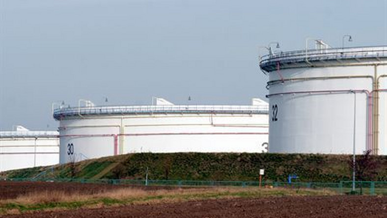 """Płock, 2007-01-08. W nocy z niedzieli na poniedziałek wstrzymane zostały dostawy rurociągiem """"Przyjaźń"""" rosyjskiej ropy naftowej do Polski i Niemiec. Według wiceministra gospodarki Piotra Naimskiego, to efekt konfliktu między Rosją i Białorusią.PKN Orlen zapewnił, iż mimo wstrzymania dostaw ropy naftowej rurociągiem """"Przyjaźń"""" rafineria w Płocku wykorzystuje w pełni swoje moce przerobowe i jest przygotowany na zapewnienie ciągłości zaopatrzenia zakładu w surowiec. N/z:  Płock - Plebanka baza surowcowa PERN Przyjaźń .pk/bpPAP/Paweł Kubicki"""