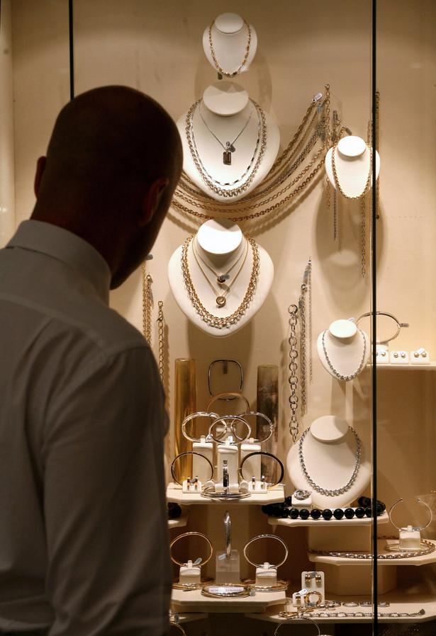 Uzbrojony mężczyzna obrabował dziś elegancki sklep jubilerski w Paryżu, wynosząc z salonu Choparda na Placu Vendome precjoza o wartości nie mniejszej niż 6 mln euro.