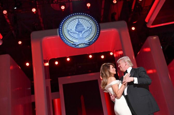 Melanija i Donald na prvom plesu na inauguracijskom balu