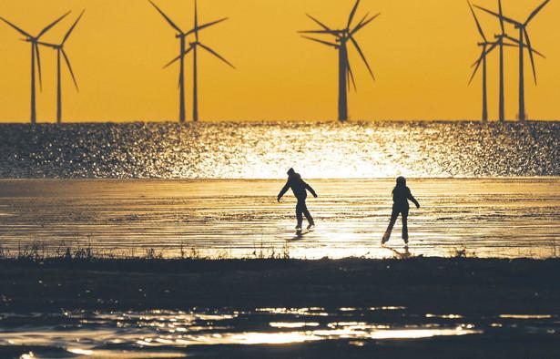 Elektrownia wiatrowa na częściowo zamarzniętej cieśninie Oresund. Malmö w Szwecji