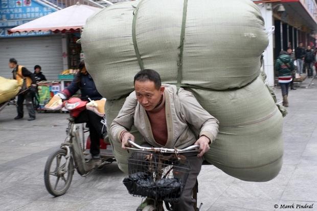 """""""W podróż Chińczycy zabierają toboły, pełne jedzenia i chętnie się nim dzielą z wszystkimi dookoła"""" (fot. Marek Pindral)"""