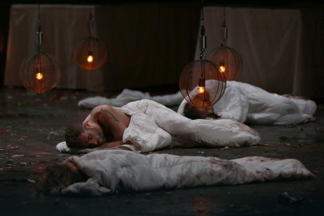 Olimp, glumci spavaju na sceni Saav centra