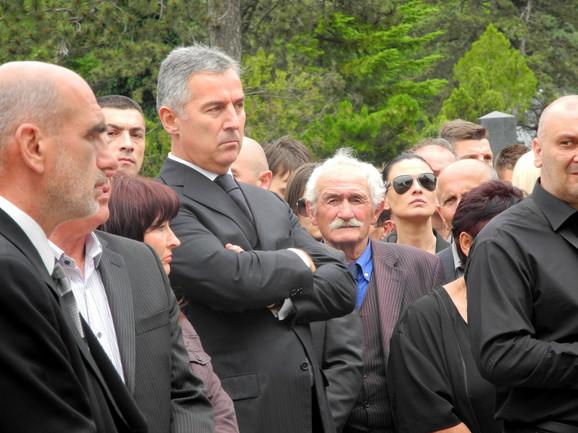 Sahrani je prisustvovao i premijer Crne Gore Milo Đukanović, kao i njegov brat Aco