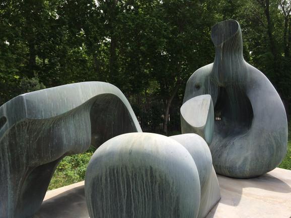 Skulptura Henri Mura u basti teheranskog MSU