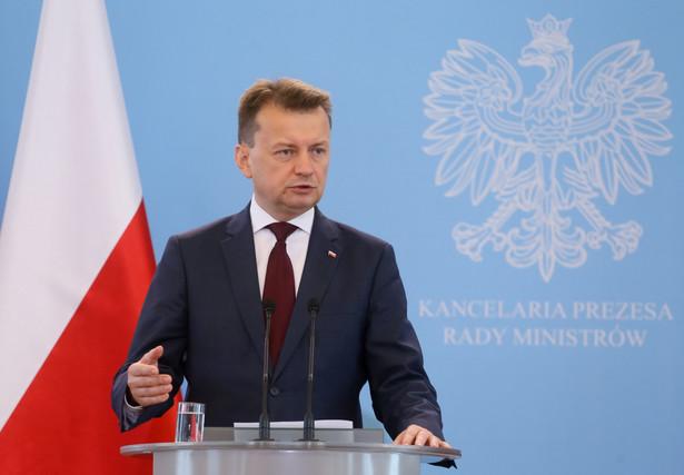 Na czwartkowej konferencji prasowej minister Błaszczak był pytany o prawidłowość takiego trybu występowania do MSWiA o zgodę na przyjęcie uchodźców