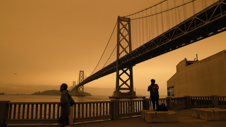 epa08657795 A view of the San Francisco Bay Bridge under an orange overcast sky in the afternoon in San Francisco, California, USA, 09 September 2020. California wildfire smoke high in the atmosphere over the San Francisco Bay Area blocked the sunlight and turned the sky a dark orange and yellow shade for most of the day. EPA/JOHN G. MABANGLO Dostawca: PAP/EPA.