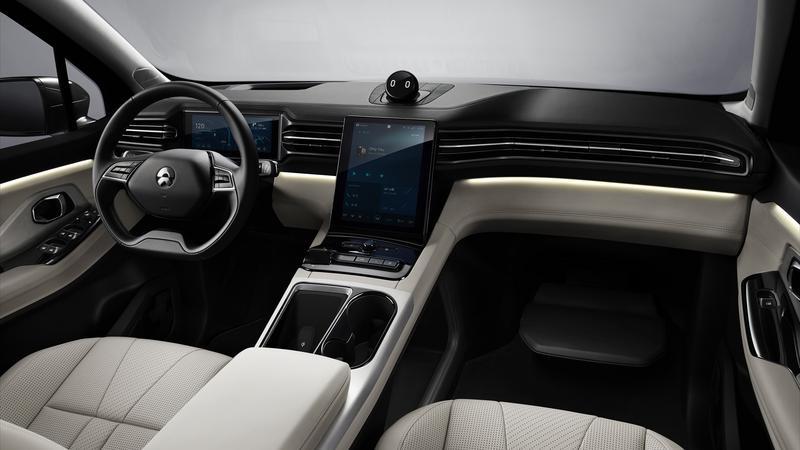 NIOES8 - czy stylizacja z dużym ekranem w desce rozdzielczej nie przypomina wnętrz samochodów z USA?