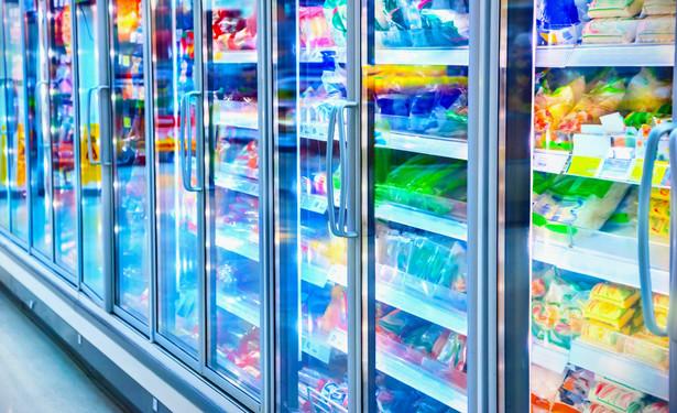 Магазинный холодильник с продуктами