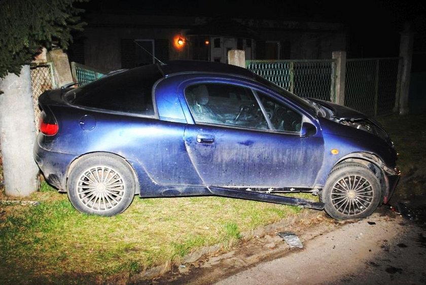 Pijana matka uciekała rozbitym autem