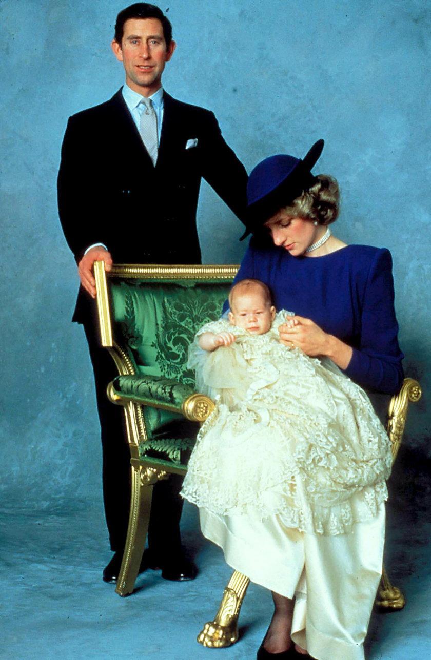 Księżna Diana z księciem Karolem i  małym Harrym w 1984 r.