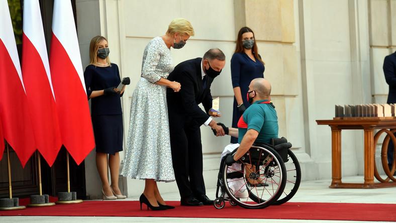 Prezydent RP Andrzej Duda (C-P) i Agata Kornhauser-Duda (C-L) podczas ceremonii wręczenia nominacji dla reprezentacji Polski startującej w XVI edycji Letnich Igrzysk Paraolimpijskich, które odbędą się w dniach 24 sierpnia - 5 września br. w Tokio