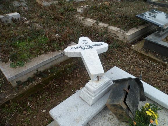 Grob Jelice Stevanović, majke monaha Atanasija iz manastira Dečani, posetili su monasi 13. januara. Na grobu je postavljen novi krst. Samo nekoliko dana kasnije krst je polomljen.