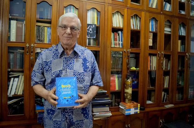 Stefan Leks z jedną ze swoich 50 książek w języku indonezyjskim