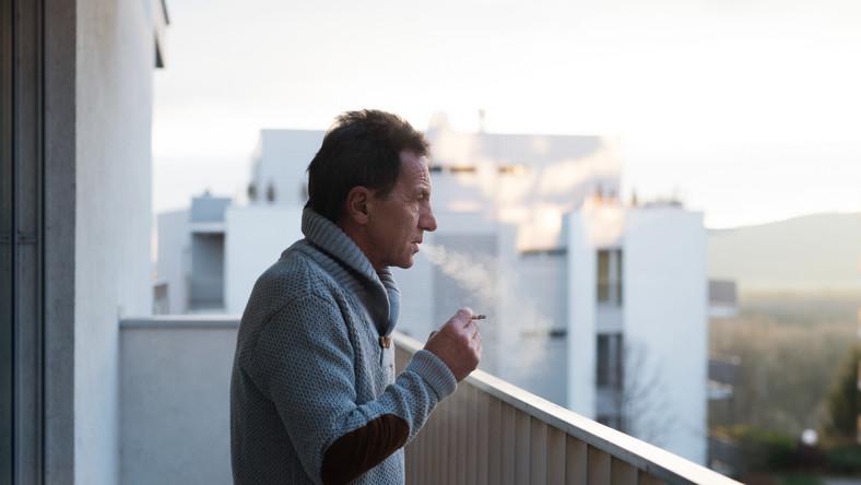 Mężczyzna palący na balkonie