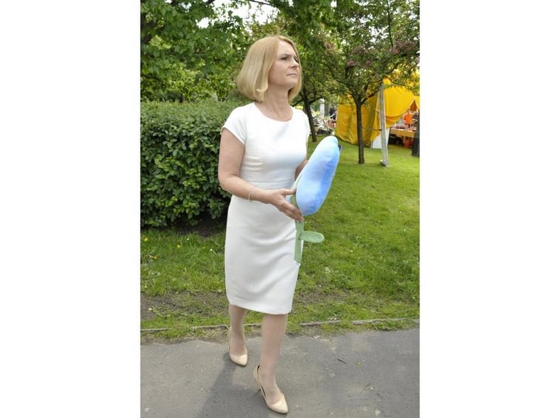 W białej dopasowanej sukience Małgorzata Tusk prezentowała się znakomicie