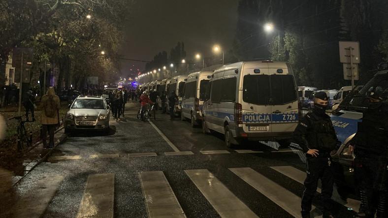 Policja na warszawskim Żoliborzu w trakcie protestów po decyzji TK w sprawie aborcji