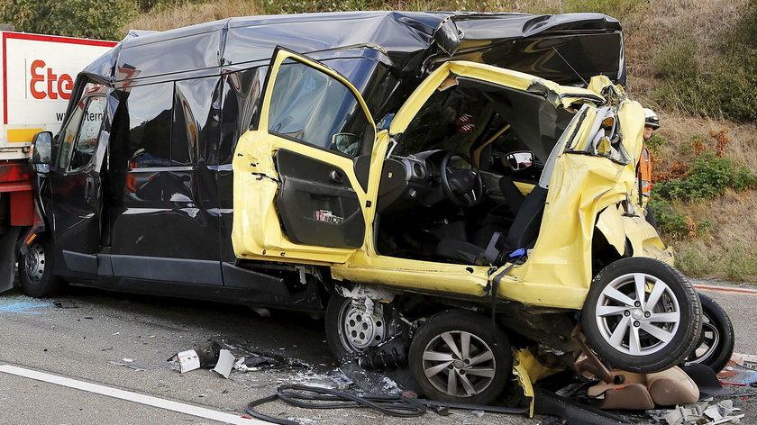 Kierowca zasnął podczas jazdy. Samochód złożył się jak harmonijka