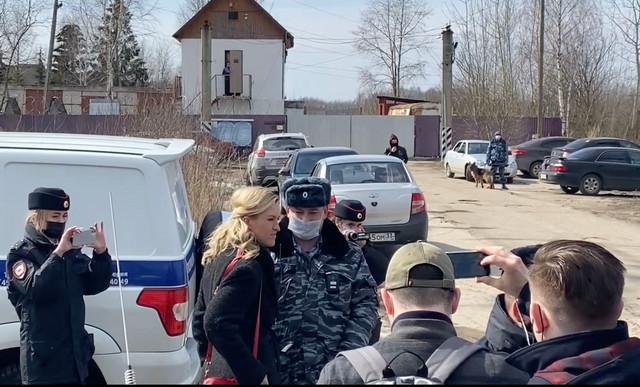 Anastasija Vasiljeva i drugi lekari ispred zatvora u Pokrovu u kojem je smešten Navaljni