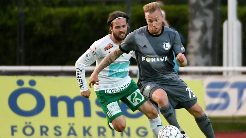 Piłkarz Legii Warszawa Thibault Moulin (P) i Robbin Sellin (L) z IFK Mariehamn