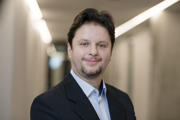 Marcin Karolak | Prawnik - jest absolwentem wydziału Prawa i Administracji na Uniwersytecie Warszawskim. Podyplomowo ukończył również prawo brytyjskie i hiszpańskie