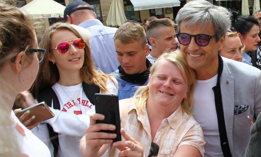Wielbiciele serialu spotkali się z aktorami. Piotr Polk z uśmiechem pozował do zdjęć