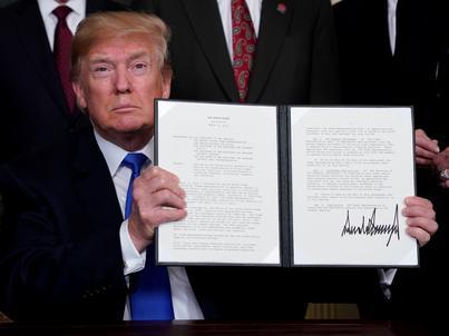 Donald Trump z podpisanym memorandum w sprawie opłat celnych na produkty importowane z Chin