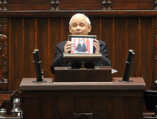 Jarosław Kaczyński trzyma tablet za pośrednictwem którego prof. Gliński przemówił w Sejmie