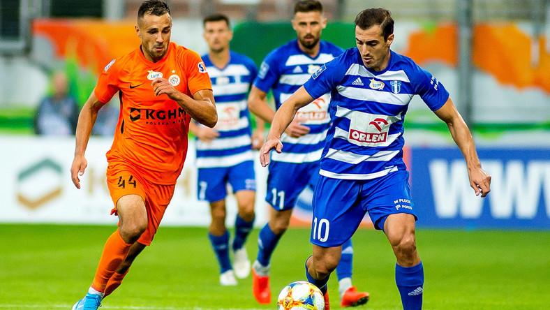 Piłkarz KGHM Zagłębie Lubin Alan Czerwiński (L) oraz Grzegorz Kuświk (2L) i Giorgi Merebaszwili (P) z Wisły Płock podczas meczu Ekstraklasy
