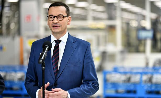 Obie propozycje są częścią przedstawionej pod koniec lutego tzw. piątki Kaczyńskiego. Obejmowała ona również rozszerzenie programu 500 plus, wypłatę trzynastej emerytury oraz przywrócenie zredukowanych połączeń autobusowych - przede wszystkim w małych miastach i na wsiach.